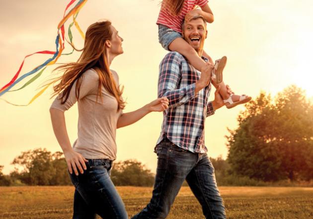 Couple avec enfant qui court sereinement car son avenir est assuré par un conseiller en gestion de patrimoine